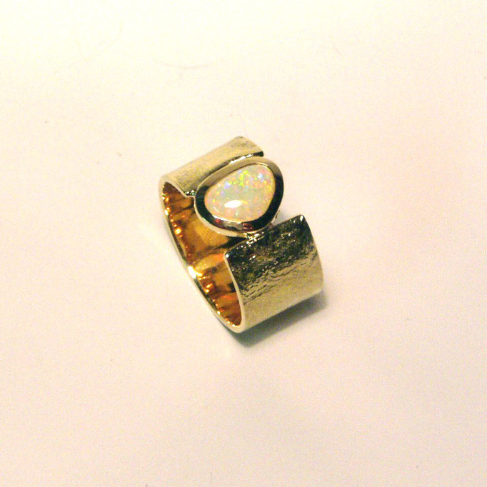 Ring mit Opal Gold 750
