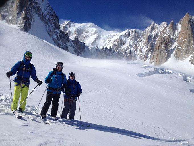 Olivier, Francis et Julie posent devant le Mt-Blanc