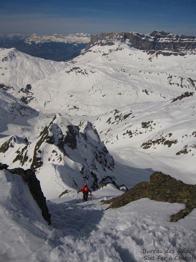 Fred sur l'arête qui mène au sommet de la Pointe AF, une fois le couloir remonté.