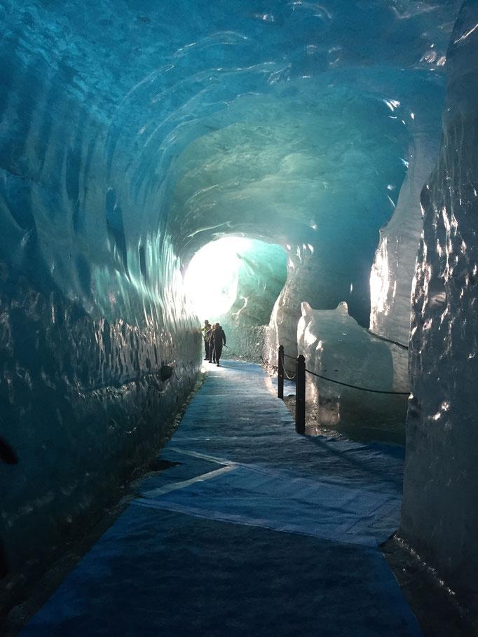 Passage dans la grotte
