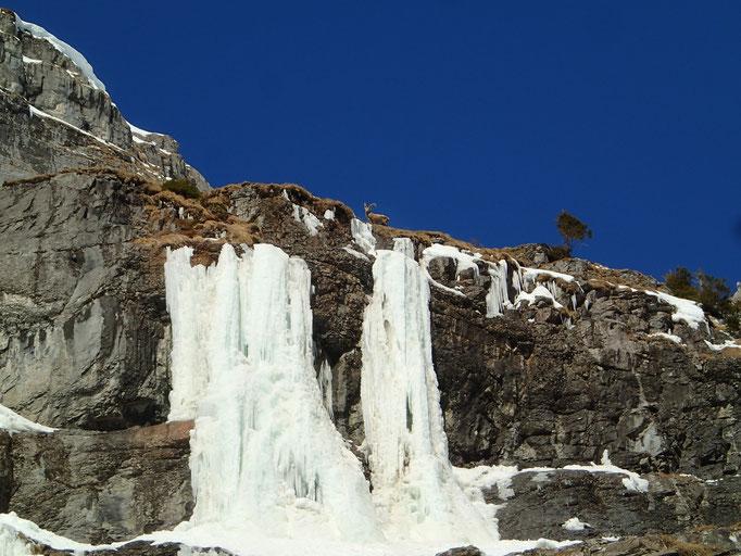Un grimpeur local au sommet de la cascade