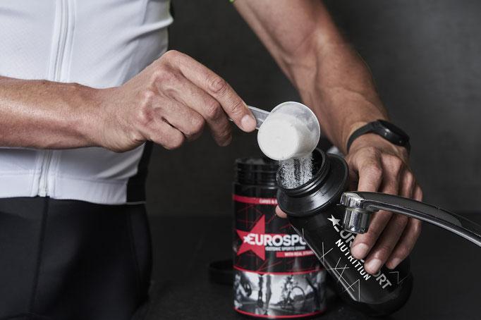 Das isotonische Sportgetränk (unverbindliche Preisempfehlung: 14,99 Euro) besteht aus Kohlenhydraten und Elektrolyten und ist als Pulver erhältlich.