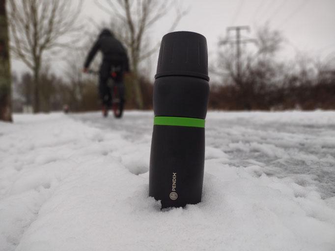 Pendix-Trinkflasche im Schnee