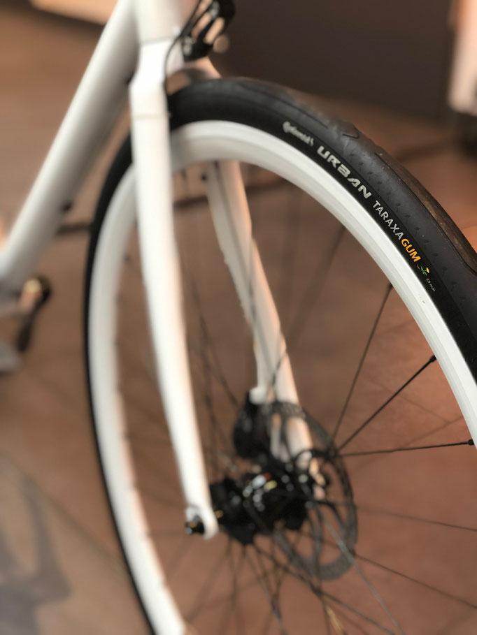 Der Fahrradreifen Urban Taraxagum ist der erste Serienreifen, der mit Naturkautschuk aus der Löwenzahnpflanze gefertigt wird.