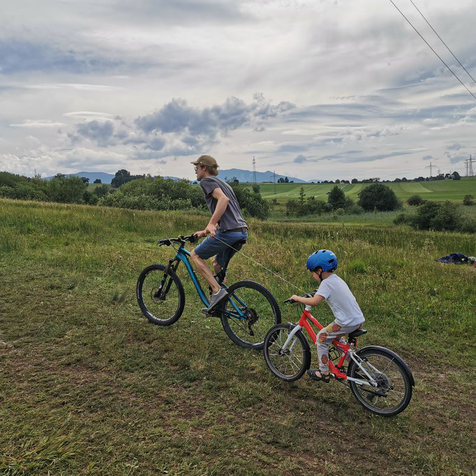 Der BikeZipper ist ein kleines, leichtes und stabiles Abschleppseil für Kinderlaufräder und Kinderräder