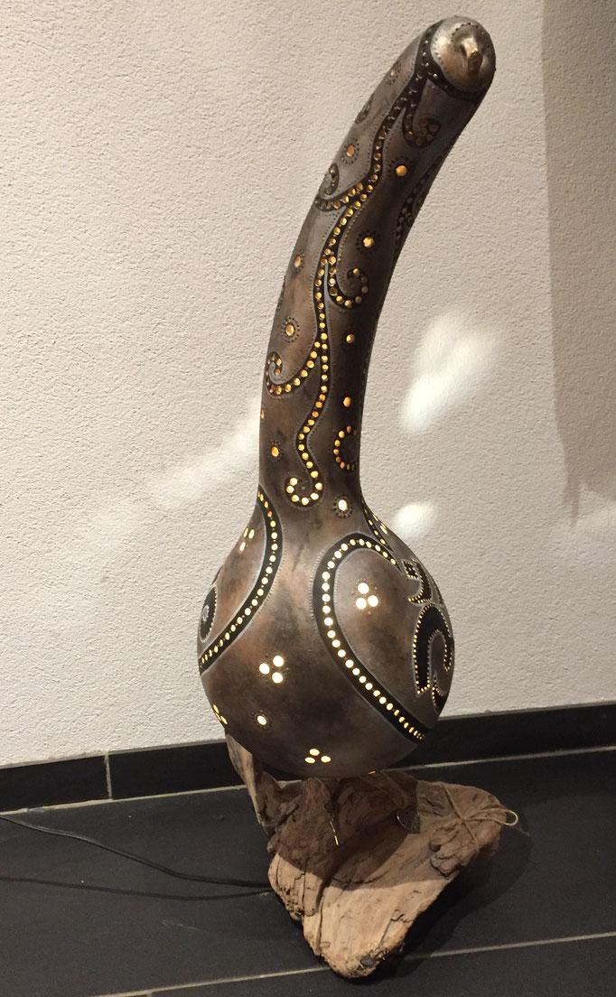 Kürbislampe Nr. 23 'Om silber' mit LED Leuchtkörper (auswechselbar; Gewinde) auf Standfuss aus Schwemmholz, Fr. 225.-