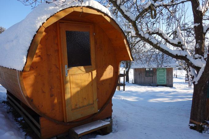 Fasssauna im Winter am Biobauernhof Stadler