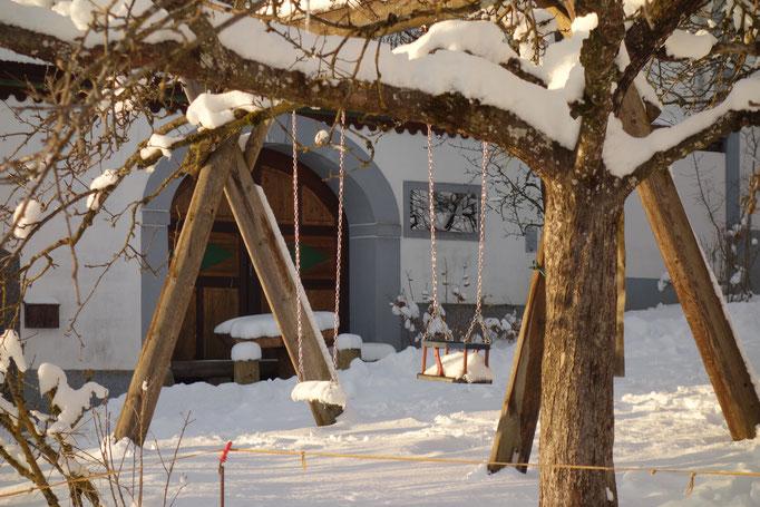 Schaukeln im Winter am Biobauernhof Stadler