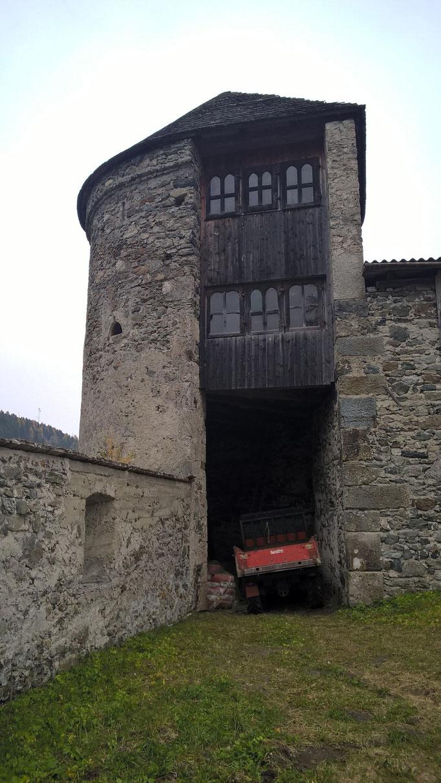 In der Vorburg gegen Osten Heinfels; Burgenstraße Pustertal