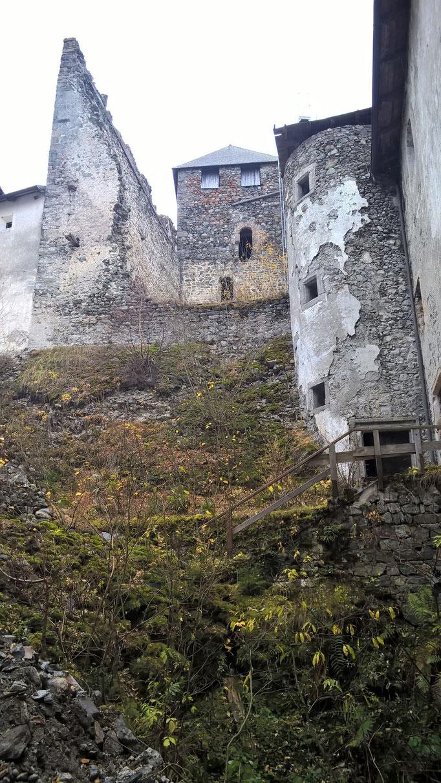 Innenhof nach Osten mit Palas Heinfels; Burgenstraße Pustertal