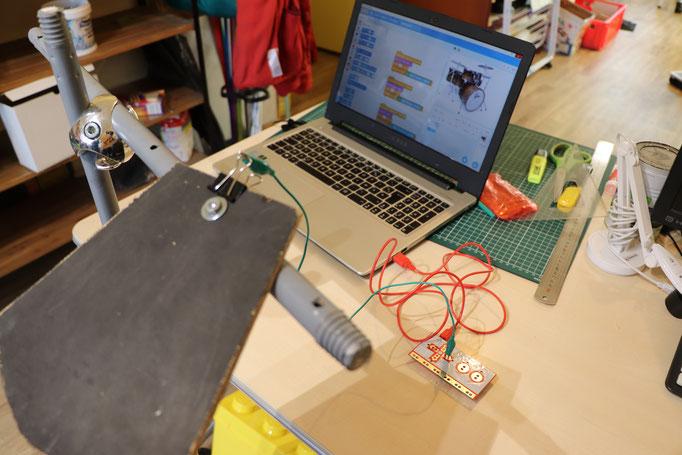 Principe de connection des plaques vers la carte Makey Makey et l'ordinateur. C'est à cette étaque que nous utilisons les pinces à dessin.