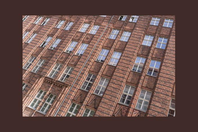 Die Fassade eines Gebäudes in der Tucholskystraße in Berlin
