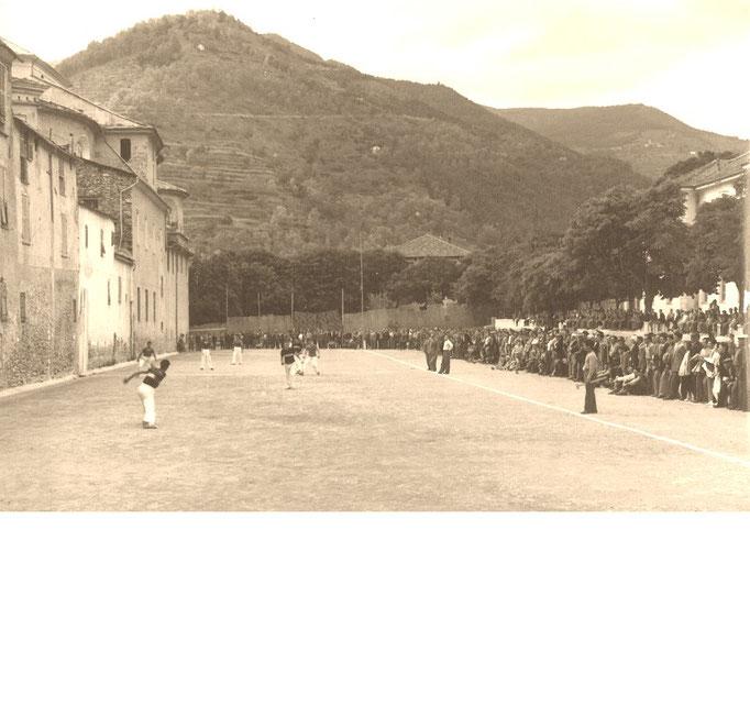 Partita dell'epoca in Piazza Borelli a Pieve di Teco