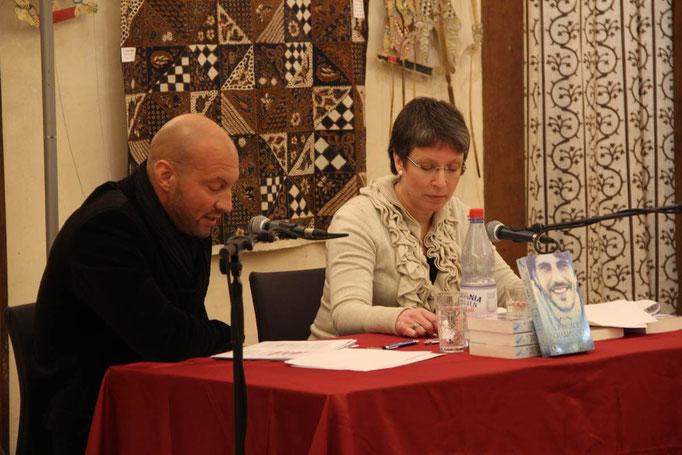 Kari Lessír (rechts) und Sascha Demmrich (links) lesen »Liebe auf Schamanisch«