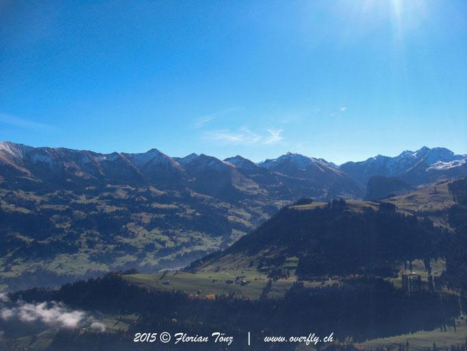 2015.10.31 Flug im Simmental, Blick in Richtung Diemtigbärgli