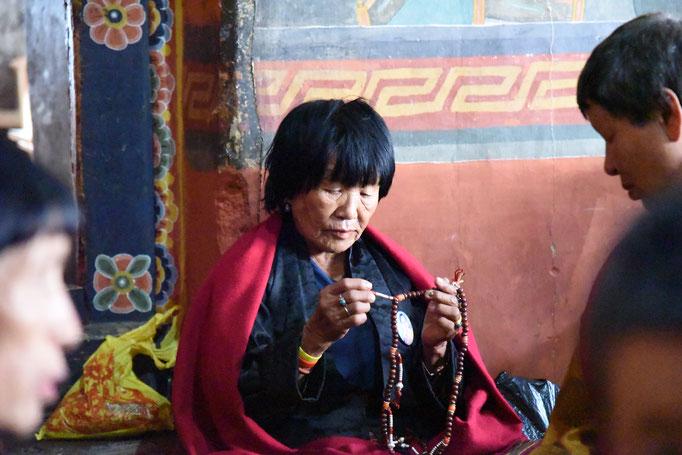 Menschen im Kloster in Bhutan