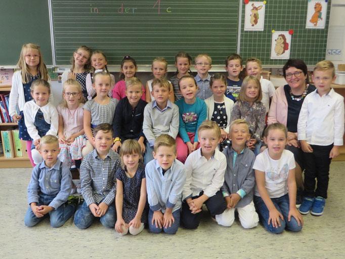 Klasse 1c mit ihrer Klassenlehrerin Frau Heppelmann