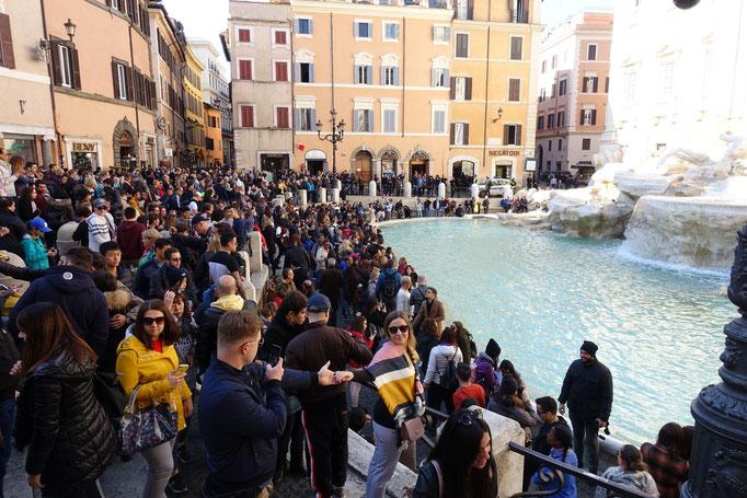 1年中観光客で混雑しているローマ市内にあるトレヴィの泉