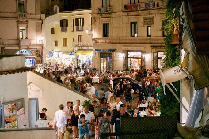 リゾート客で混雑する8月のアマルフィのドゥオモ前広場