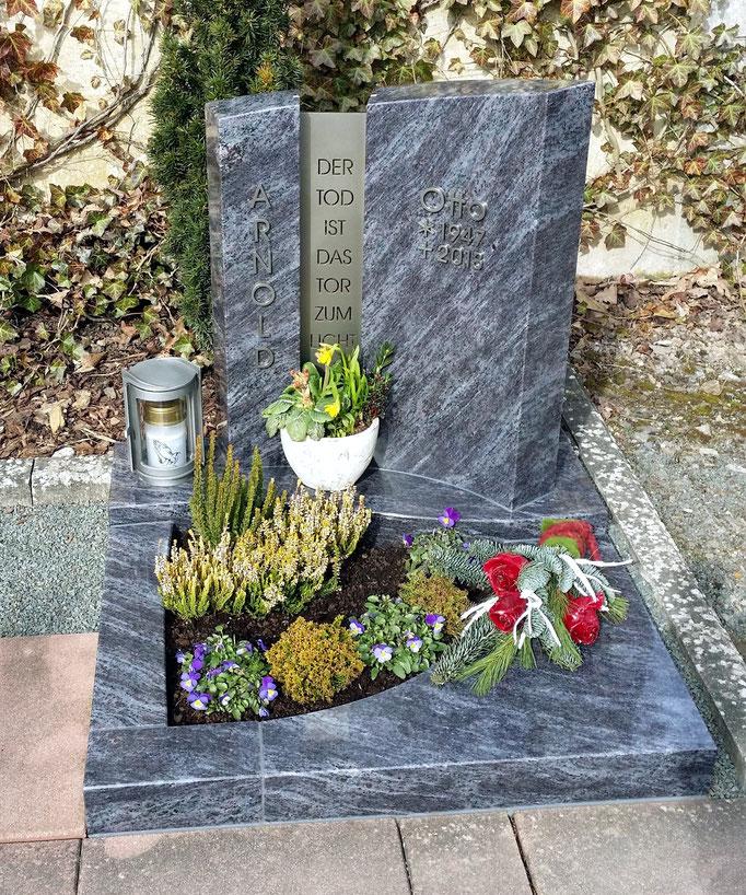 Urnengrab in Granit Orion kombiniert mit Edelstahlschriftplatte