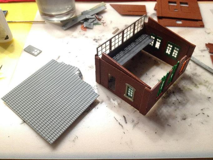 """Eine Dachplatte wird vorbereitet. Da das Stellwerk stillgelegt ist werden """"Zerfallsspuren"""" eingearbeitet"""