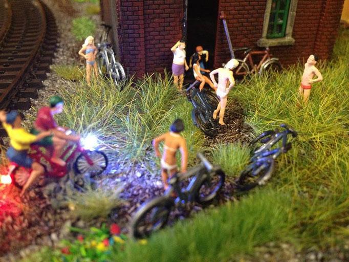 """...und davor werden platziert. Ein """"Trampelpfad"""" führt durch das hohe Gras. Ein Treffpunkt der Teenager im Sommer. Die meisten kommen mit den Fahrrädern"""