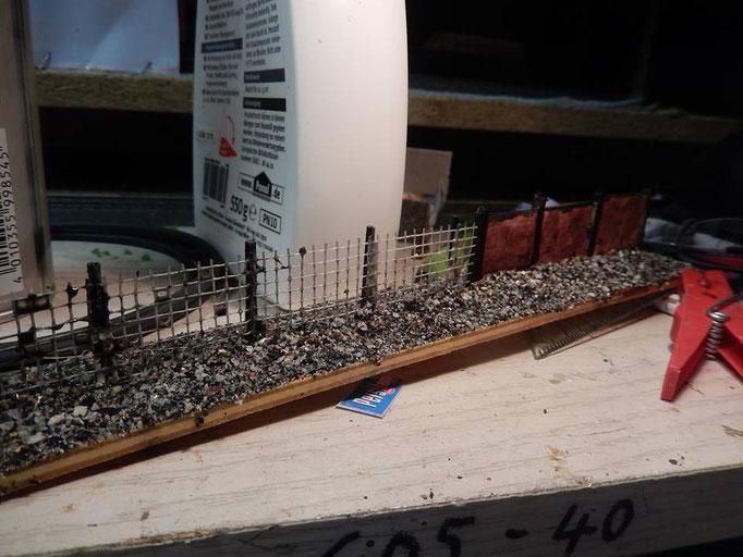 Auf dem Bild haben wir schon den Zaun gealtert , grundiert mit Haarspray und angemalt mit Aschewasser