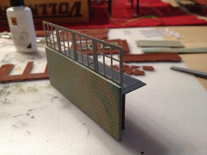 Das Stellwerks-Fenster wird mit einer Mauerplatte zusammen zur Front des Stellwerks. Innen wird ein Zwischenboden eingezogen - wozu sieht man später