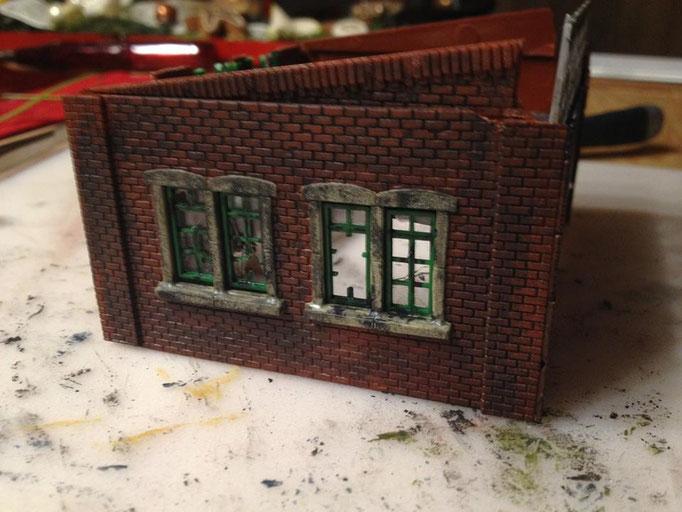 Die Fensterbänke werden schmutzig gemacht