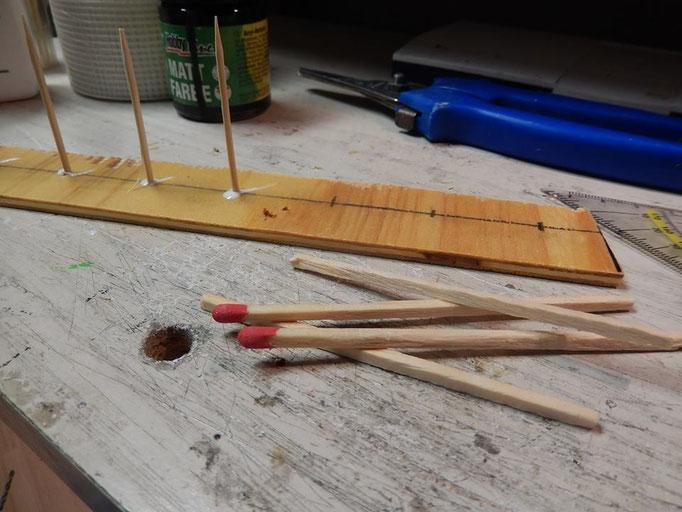 Einkleben der Zahnstocher ein Ende abschneiden und einsetzen , hier habe ich mich endschieden noch ein Stück Mauer mit zubauen. Als Träger habe ich hier große Streichhölzer .