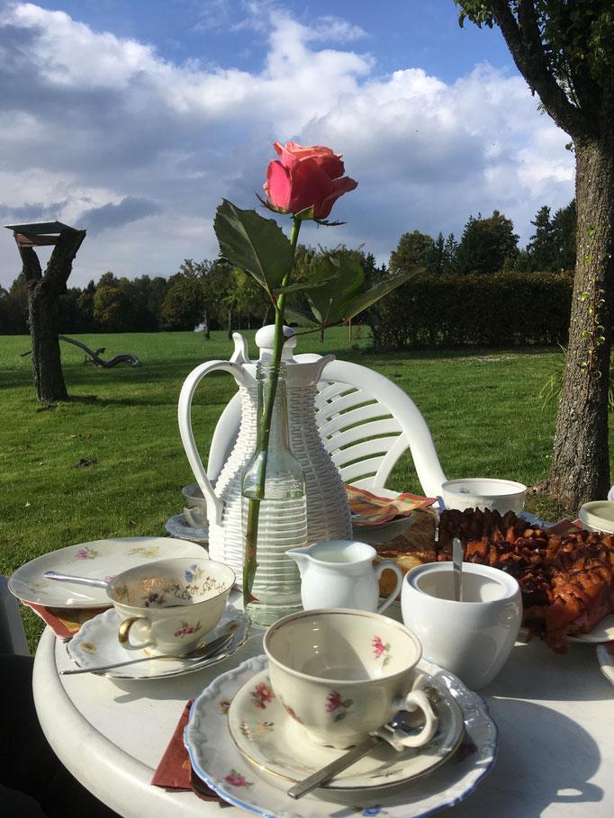 In unserem großen Garten findet sich immer ein Plätzchen für eine Tasse Kaffee