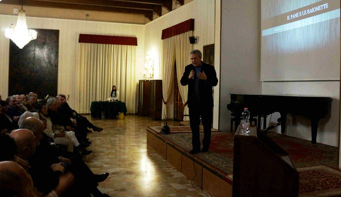 Il regista durante la presentazione