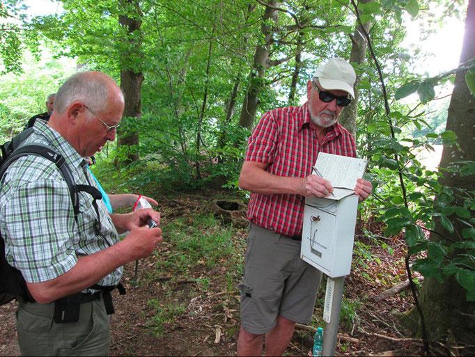 Eintrag in ein Ausliegendes Wanderbiuch durch  unseren 1. Vorstand Ludwig Eichler (li) und Werner Reh.