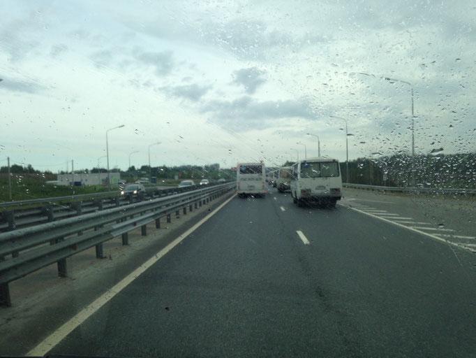 """Die Deti-Busse auf der """"Autobahn"""", eskortiert von der Polizei. Leider mit Regen gerade."""