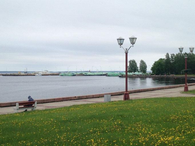 Blick von der Uferpromenade auf den Meteor-Hafen