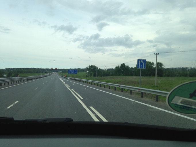 Eine tolle Landstraße gen Norden zum Ladoga-See. Quasi wie eine Autobahn bei uns.