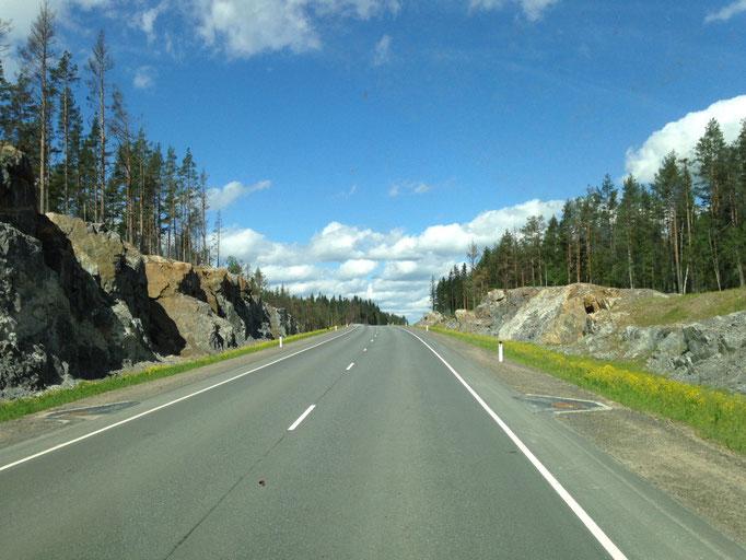 Blauer Himmel, ein paar Wölkchen und eine schicke Landstraße.