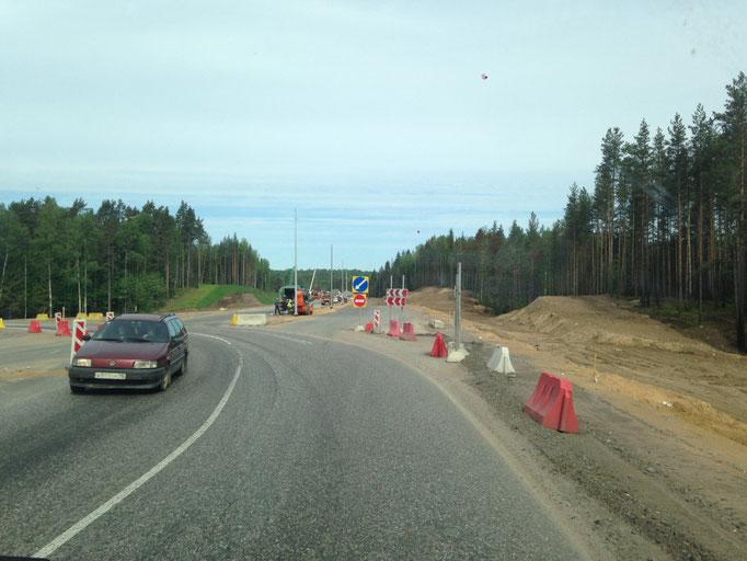 An dieser Stelle endet die gut ausgebaute Landstraße - leider. Die Straßenführung erinnert ein wenig an die Mongolei. Da gab es auch immer wieder Schilder, die entweder nach links oder rechts gewiesen haben. Dann aber von Sandpiste zu Sandpiste.