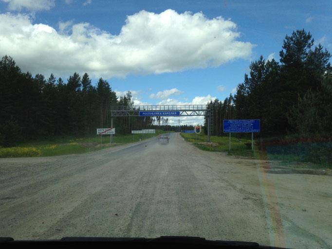 Dort vorne ist die Grenze zur Republik Karelien und kaum zu glauben, da fängt Asphalt wieder an.