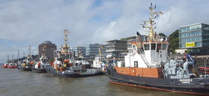 Bugsierschiffe am Hafen