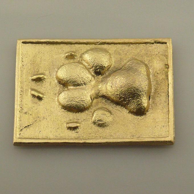 Anfertigung von individueller Gürtelschnalle mit Hundepfote. Handarbeit aus massivem Messing, die Oberfläche wurde matt gebürstet. - nachguss.de
