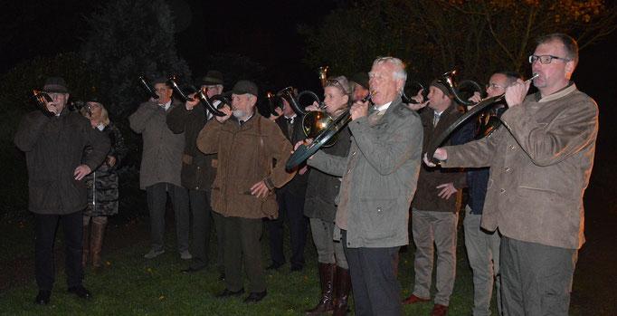 Vor der Kirche spielten die Jagdhornbläser des Hegerings Sylt auf; Foto: Deppe