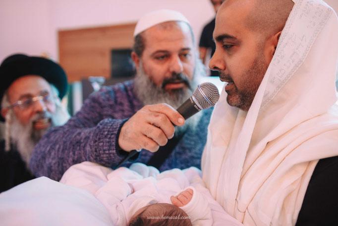 האב מברך ברכה לפני הטקס