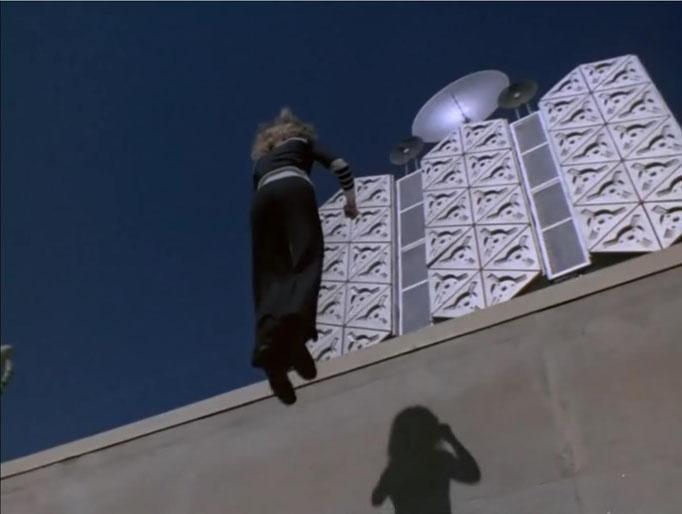 Der Ablauf der Show orientiert sich an seinem Vorbild. Es kommen dieselben Spezialeffekte und Soundeffekte zum Einsatz: hier springt Jaime mühelos eine fünf Meter hohe Wand empor