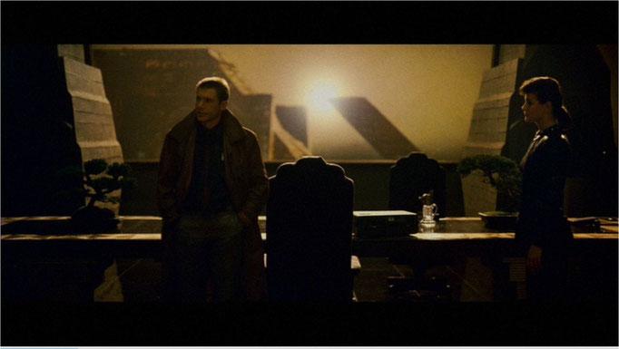 Harrison Ford als Rick Deckard und Sean Young als Rachel in einer wunderschönen Kameraeinstellung