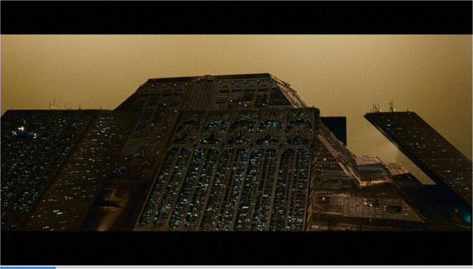 ür die damalige Zeit muss man die Visualisierung des Films als fantastisch bezeichnen, hier: die riesigen Tyrell-Zwillingspyramiden in der aufgehenden Sonne