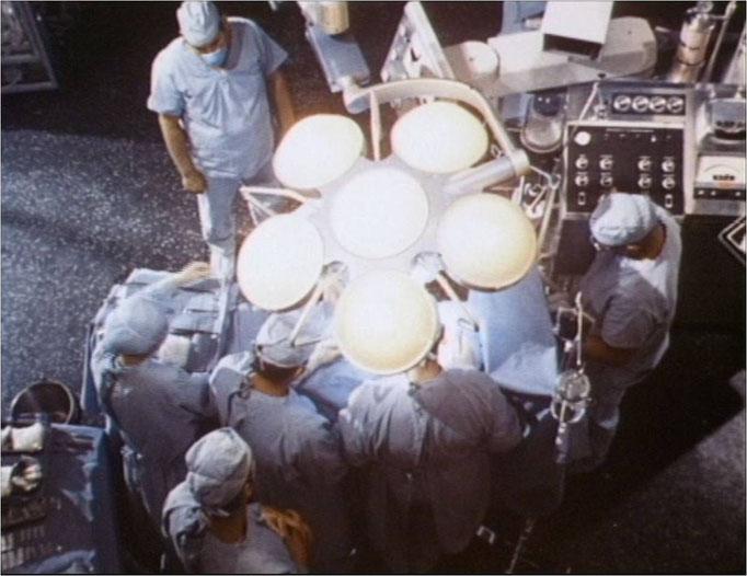 nach einem Absturz mit einem Testflugzeug wird Steve Austin mittels einer Sechs Millionen Dollar teuren Operation, die im Pilotfilm zu sehen ist, der erste bionische Mensch der Welt
