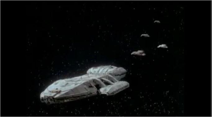 zu Beginn des Pilotfilms fliegen die Galactica und ihre Schwesterschiffe in Formation durchs All, nie zuvor wurden im TV derartige Szenen in solcher Qualität gezeigt