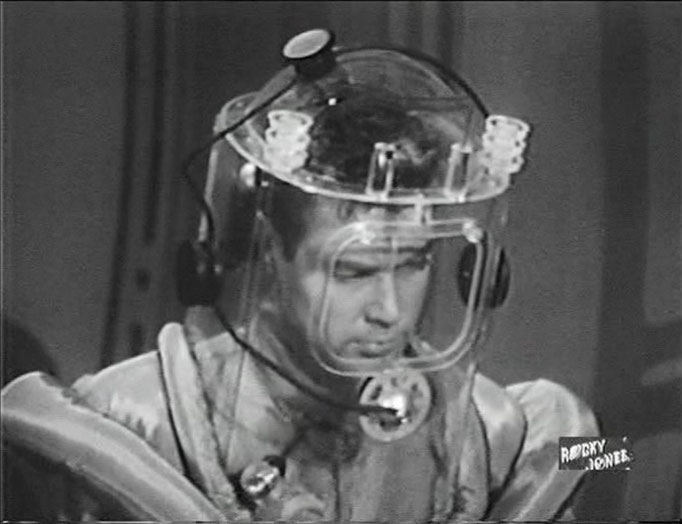 die Props und Kostüme waren sehr ideenreich und hübsch gestaltet: Hier: Rocky Jones versucht in einem Raumanzug, einen Riss in der Hülle seiner XV-2 zu verschließen