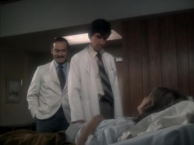 der Spezialist Dr. Wells [im Hintergrund links: Martin E. Brooks] betreut Jaime. Langsam wird ihr Erinnerungsvermögen wiederhergestellt